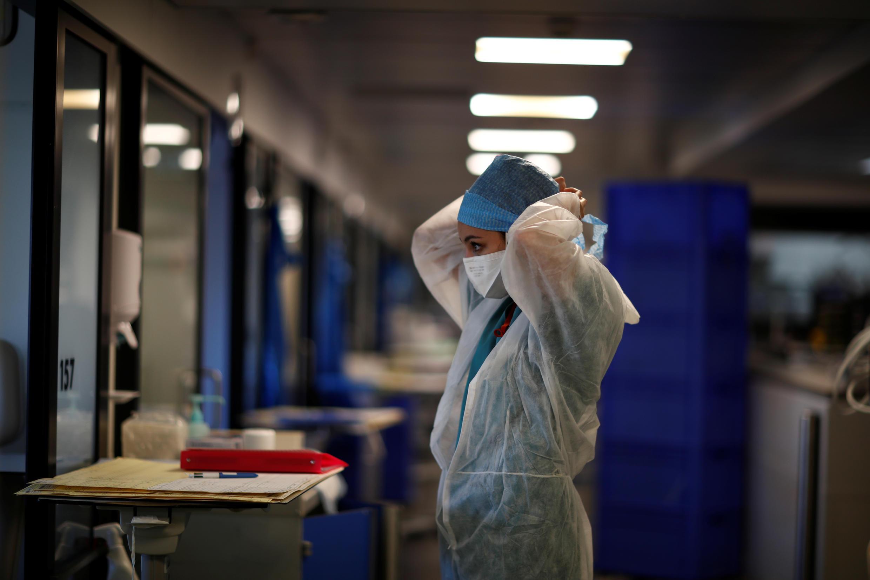 Un membre du personnel soignant, au Centre Cardiologique du Nord de Saint-Denis, près de Paris, le 22 avril 2020.