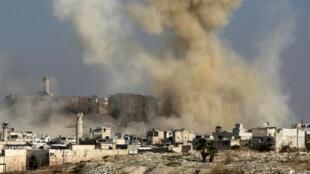 Vue d'Alep après un raid aérien des forces gouvernementales, le 7 novembre 2015.