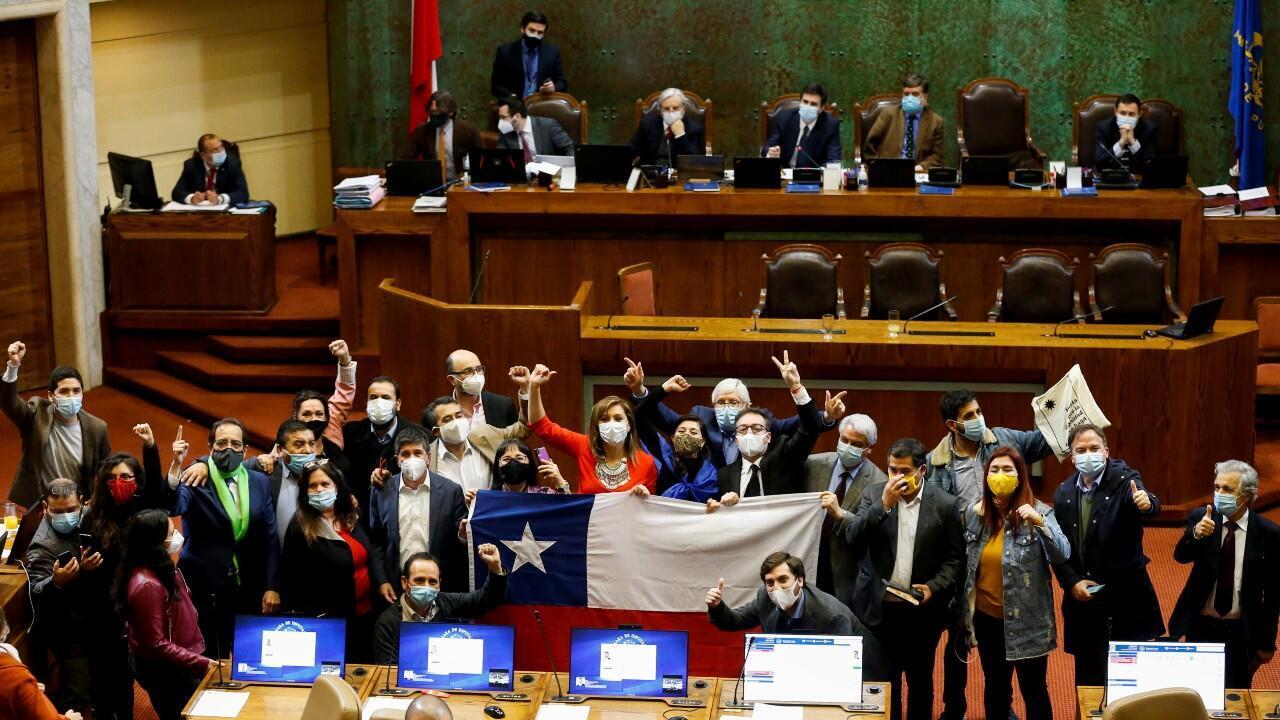La oposición de Chile celebra los resultados de la votación en la Cámara de Diputados, con los que se aprueba de manera definitiva una reforma constitucional sobre el sistema de pensiones, en medio de la pandemia del Covid-19, en Valparaíso, Chile, el 23 de julio de 2020.