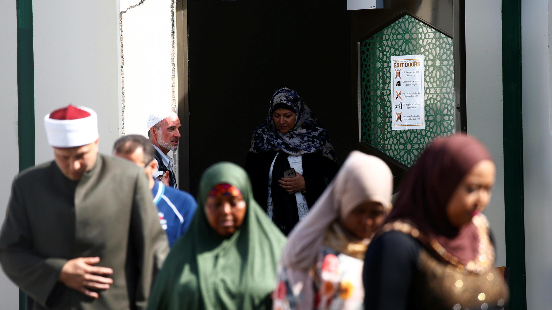 Miembros de la comunidad musulmana visitan la mezquita de Al-Noor después de su reapertura en Christchurch, el 23 de marzo de 2019.