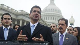Archivo: el excomisionado de Puerto Rico, Pedro Pierluisi, habla junto con el representante de Estados Unidos, José Serrano de Nueva York. Washington, EE. UU., el 15 de enero de 2013.