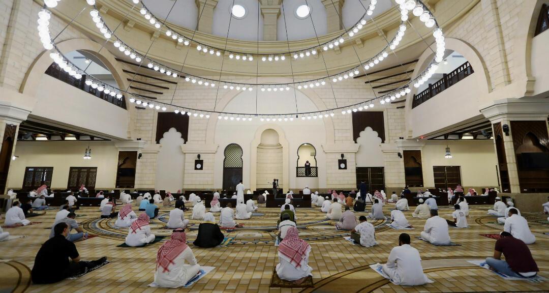 Algunos fieles acuden a una mezquita en Riad, Arabia Saudita tras el anuncio del relajamiento de medidas tras la cuarentena en el país. Entre ellos guardan la distancia social. El 5 de junio de 2020.