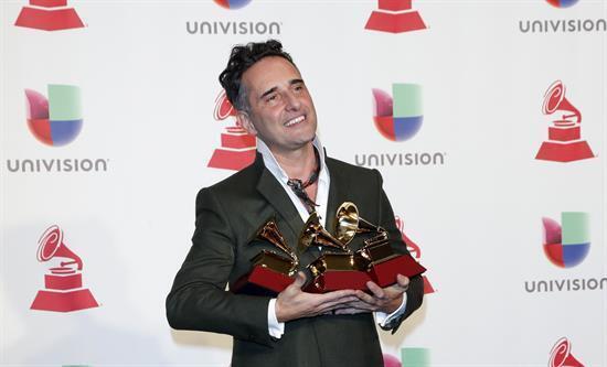 El triple ganador, Jorge Drexler, posa con los premios al Mejor disco del año, Canción del año y Mejor álbum de cantautores en la XIX edición de los Premios Grammy Latinos en el MGM Grand Garden Arena en Las Vegas, Nevada, EE. UU., el 15 de noviembre de 2018.