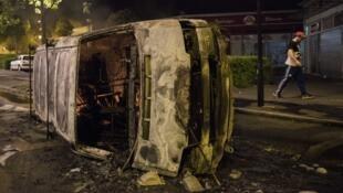 Une voiture brûlée dans le quartier de Breil, à Nantes, mercredi 4 juillet 2018.
