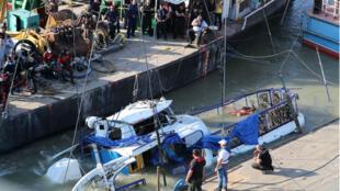 El Mermaid, barco húngaro que se hundió en el río Danubio cerca del puente Margaret, sale del agua durante una operación de rescate en Budapest, Hungría, el 11 de junio de 2019.