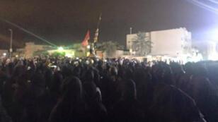 Une foule rassemblée à Aouamiya, village natal du dignitaire religieux chiite Nimr al-Nimr, en Arabie saoudite, dimanche 3 janvier.