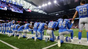 L'équipe des Lions de Detroit ont mis un genou à terre pendant l'hymne, lors de la rencontre avec les Falcons d'Atlanta le 24 septembre, à Detroit.