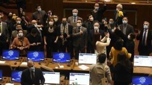 Diputados chilenos de oposición celebran el 15 de julio de 2020 la aprobación en la cámara de una reforma para el sistema de pensiones impuesto en la dictadura de Augusto Pinochet, y que ahora pasa a consideración del Senado