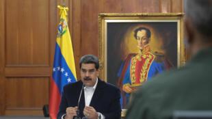 """El presidente de Venezuela, Nicolás Maduro, se reunió con miembros del ejército en Caracas el 4 de mayo de 2020 después de una supuesta """"invasión"""" de """"mercenarios""""."""
