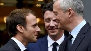 الرئيس الفرنسي إيمانويل ماكرون ووزير اقتصاده برونو لومير أثناء لقاء في وزارة الإقتصاد في باريس