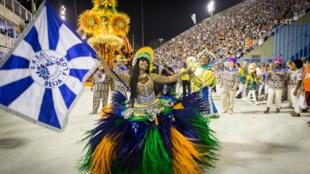 La 'porta-bandeira', que lleva el estandarte de la escuela de samba, es una de las figuras centrales de cada agremiación. En la foto, Selminha Sorriso 'porta-bandeira' de la escuela Beija-Flor (Carnaval 2017).