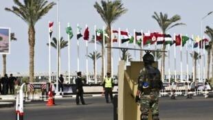 جندي مصري أمام النزل الذي يعقد فيه مؤتمر شرم الشيخ