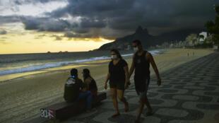 أشخاص على شاطئ إيبانيما في ريو دي جانيرو بتاريخ 19 أيار/مايو 2020