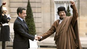 Nicolas Sarkozy et Mouammar Kadhafi sur le perron de l'Élysée en 2007.