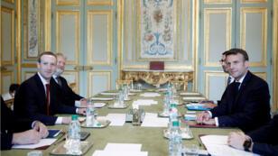 El presidente francés, Emmanuel Macron, se reúne con el CEO de Facebook, Mark Zuckerberg, en el Palacio del Elíseo en París, Francia, el 10 de mayo de 2019.