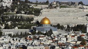 Une vue sur la vieille ville de Jérusalem avec en arrière-plan, le Mont des Oliviers.