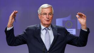 Michel Barnier gesticula durante la reuda de prensa que dio tras la tercera ronda de negociaciones entra la UE y Gran Bretaña, el 15 de mayo de 2020 en Bruselas