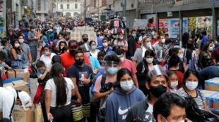 Fotografía de personas comprando en el conglomerado Mesa Redonda en Lima (Perú).