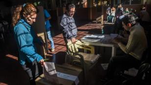 La gente vota en un colegio electoral en Medellín, departamento de Antioquia, durante las elecciones parlamentarias en Colombia el 11 de marzo de 2018.