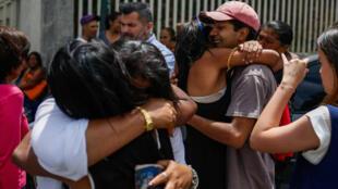 """Familiares reaccionan al ver el autobús donde trasladan un grupo de """"presos políticos"""" desde la sede del Servicio Bolivariano de Inteligencia (Sebin) a la Cancillería venezolana, sábado 02 de junio de 2018, en Caracas (Venezuela)."""