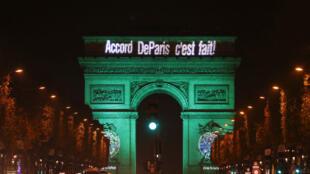 L'Arc de triomphe de Paris s'est illuminé en vert le 4 novembre 2016, premier jour d'application de l'accord de Paris sur le climat à la COP21.