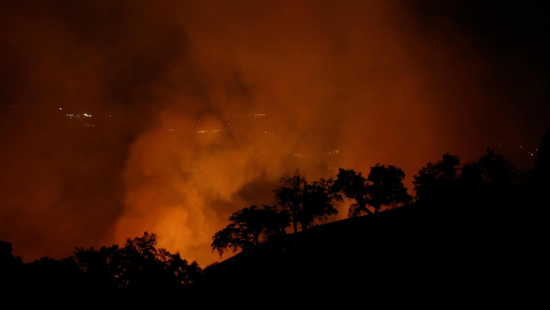 Uno de los focos de incendio arde en las colinas de Geyserville, California, el 13 de octubre de 2017.