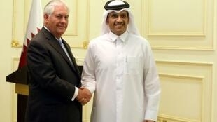 وزير الخارجية القطري مستقبلا نظيره الأمريكي في الدوحة، في 2017/07/11.