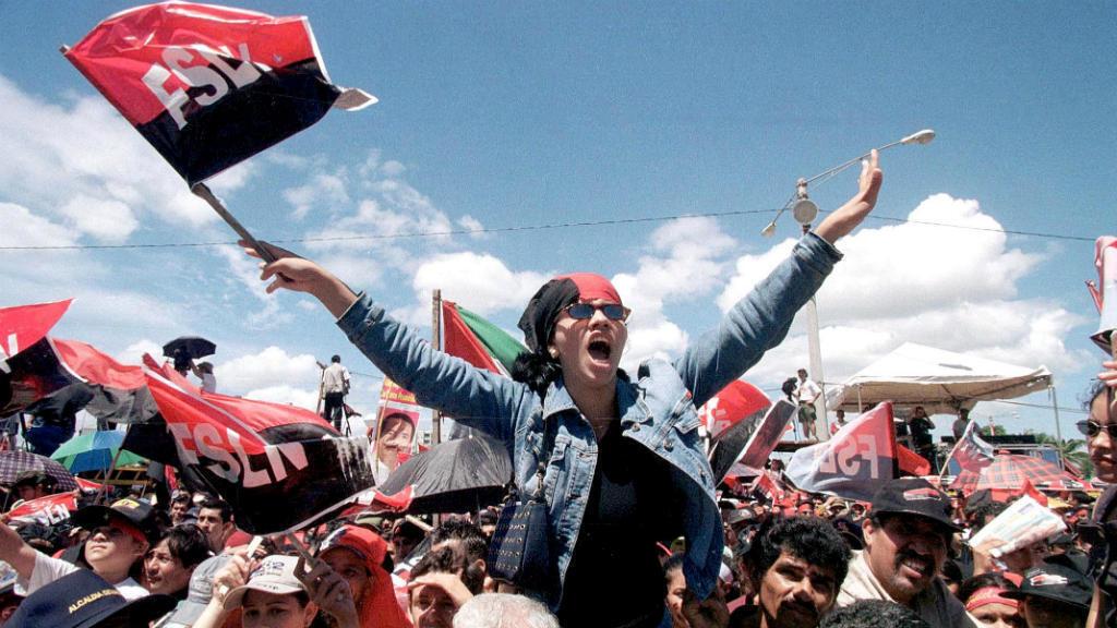 """Los simpatizantes sandinistas celebran el 23 aniversario de la revolución, en Managua, el 19 de julio de 2002, reunidos en la plaza """"Juan Pablo II"""" para conmemorar la caída de la dictadura de Somoza."""