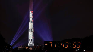 Una imagen del cohete Saturno V se proyecta en el Monumento a Washington para conmemorar el 50 aniversario de la primera misión lunar. Washington D. C., EE. UU., el 16 de julio de 2019.