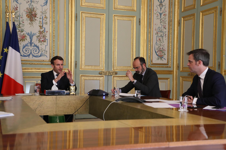 El presidente de Francia Emmanuel Macron, el primer ministro Édouard Philippe y el ministro de Sanidad Olivier Véran, reunidos en el Elíseo, París, el 24 de marzo de 2020.
