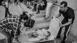 Unas 150 personas mayoritariamente latinoamericanas -incluidas familias con niños- fueron expulsadas por la policía de una fábrica que ocupaban en las afueras de París, el martes 30 de julio.