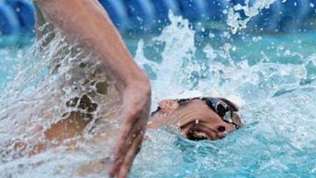 Phelps battles to win 400m freestyle in Santa Clara