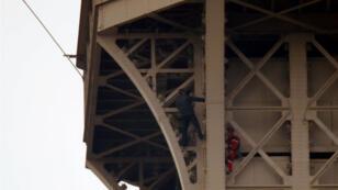 Un hombre no identificado sube a la Torre Eiffel, que tuvo que ser evacuada, el 20 de mayo de 2019.