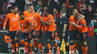 لاعبو فريق باشاك شهير التركي يحتفلون بتسجيل هدف في مرمى كوبنهاغن الدنماركي ضمن مباراة في مسابقة يوروبا ليغ، في 12 آذار/مارس 2020.