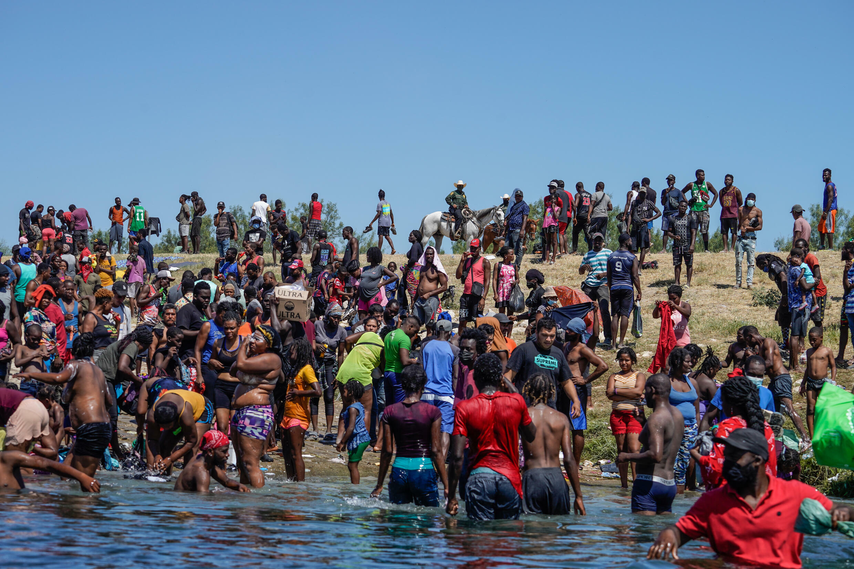 Archivo- Miles de migrantes haitianos se alojan en un campamento improvisado en la frontera entre EE. UU. y México. En Del Rio, Texas, Estados Unidos, el 20 de septiembre de 2021.