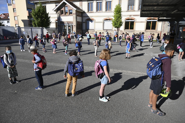Des enfants faisant la queue pour entrer en classe dans un école de Strasbourg, en France, le 22 juin 2020. Le COVID-19 est essentiellement bénin chez les enfants, a confirmé une étude scientifique parue le 26 juin 2020
