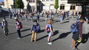 مدرسة فرنسية تستقبل التلاميذ في زمن كوفيد-19
