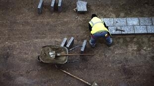 Un travailleurs sur un site de construction en décembre 2012 à Paris.
