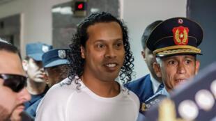 Ronaldo de Assis Moreira, Ronaldinho, llega este viernes 6 de marzo de 2020 al Palacio de Justicia para comparecer ante el juez Mirko Valinotti, en Asunción, Paraguay.