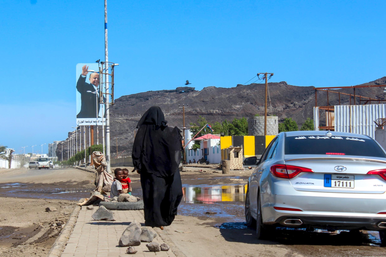 امرأة تتسول في شارع عدن جنوب اليمن حيث تم الإبلاغ عن خمس حالات إصابة جديدة بفيروس كورونا يوم الأربعاء ليصل مجموع الحالات المؤكدة إلى ست حالات