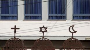صورة تظهر الثلاثة رموز للديانات التوحيدية الرئيسية بمدينة حيفا إسرائيل، في 28 أبريل نيسان 2017.