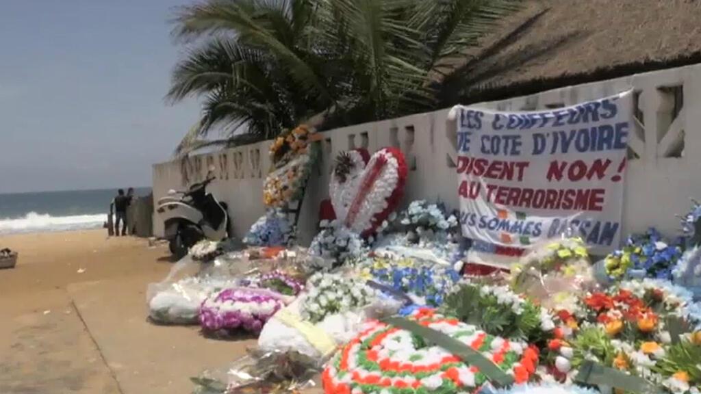 La plage de la station balnéaire de Grand-Bassam, un mois après l'attaque terroriste revendiquée par Aqmi.