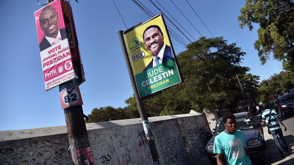 Des posters des candidats Jovenel Moïse (gauche) et Jude Célestin à Port-au-Prince, le 22 décembre 2015.
