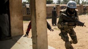 Près de 12 000 Casques bleus et policiers de la Minusca sont chargés de maintenir la paix en Centrafrique, toujours marquée par la guerre civile de 2013.