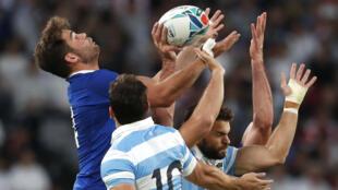 Damian Penaud en acción con Ramiro Moyano y Nicolás Sánchez, en el partido entre Argentina y Francia en el Mundial de Rugby, en Tokio, Japón, el 21 de septiembre de 2019.