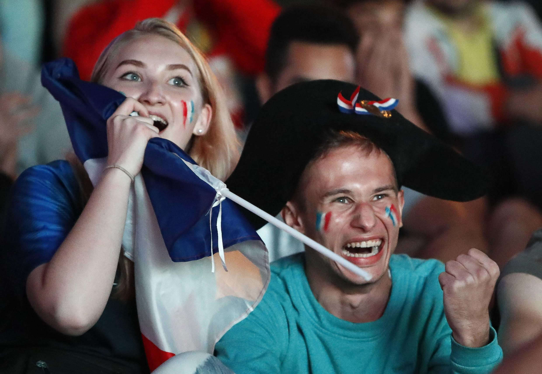 Una pareja de franceses que asistió al partido en Rusia.