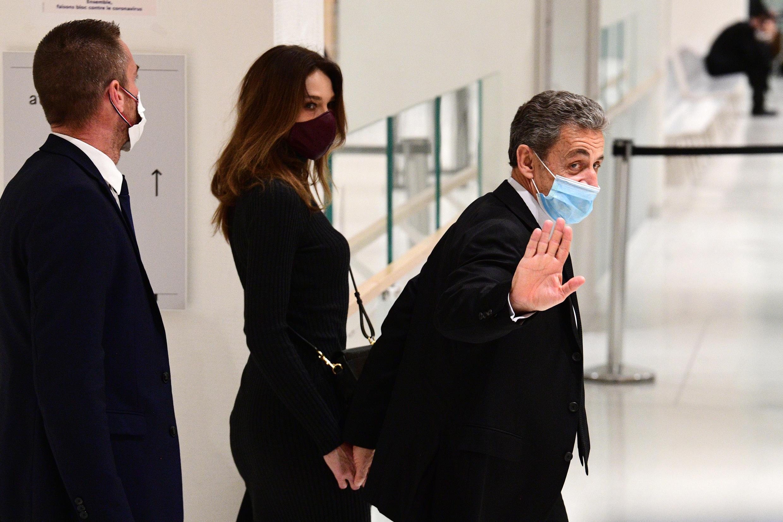 Nicolas Sarkozy, accompagné de son épouse Carla Bruni, quitte le tribunal de Paris le 9 décembre 2020