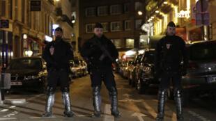 La police a dressé un périmètre de sécurité après l'agression au couteau ayant eu lieu à Paris, samedi 12 mai 2018.