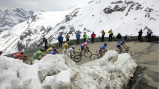 Le peloton lors d'une ascension dans la neige entre Egna/Neumarkt et Livigno durant la 14eétape du Tour d'Italie, en2005.