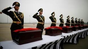 نعوش لرفات جنود صينيين وعليها الأعلام الوطنية عند تسلمها بمطار إنتشون الدولي، كوريا الجنوبية، 28 آذار/مارس 2018.